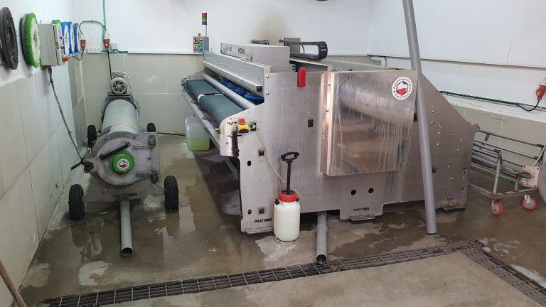 מכונה לניקוי שטיחים במפעל