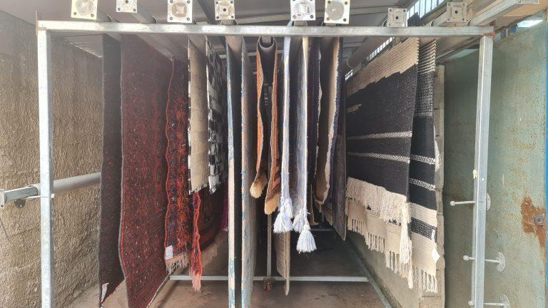 שטיחים מתייבשים לאחר ניקוי מקצועי במפעל