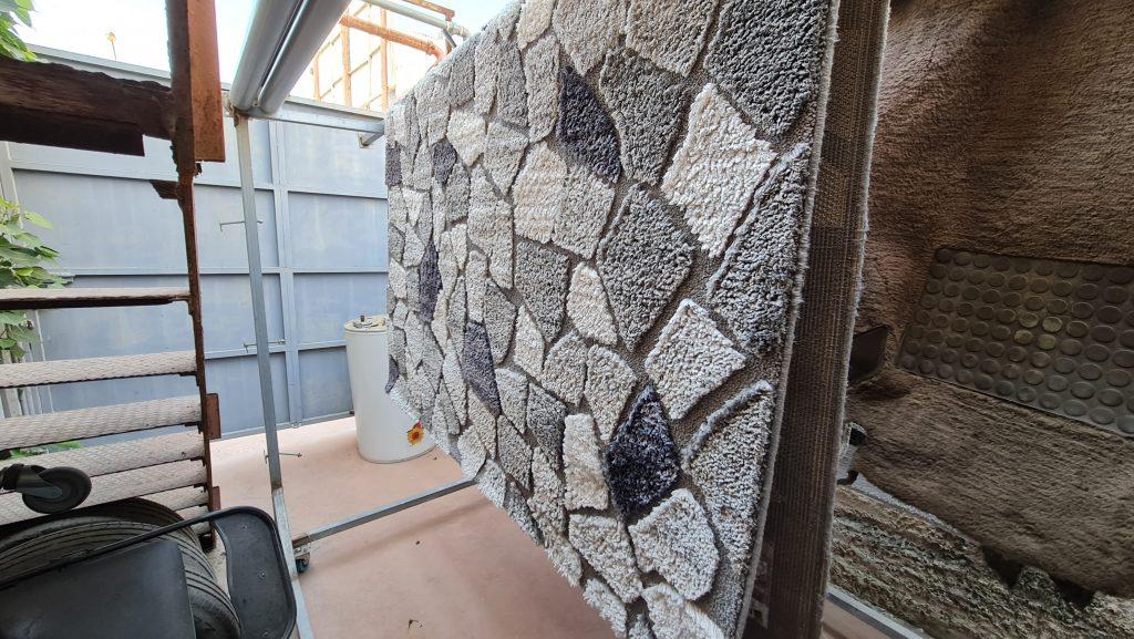 סיום העבודה ותליית השטיח לייבוש