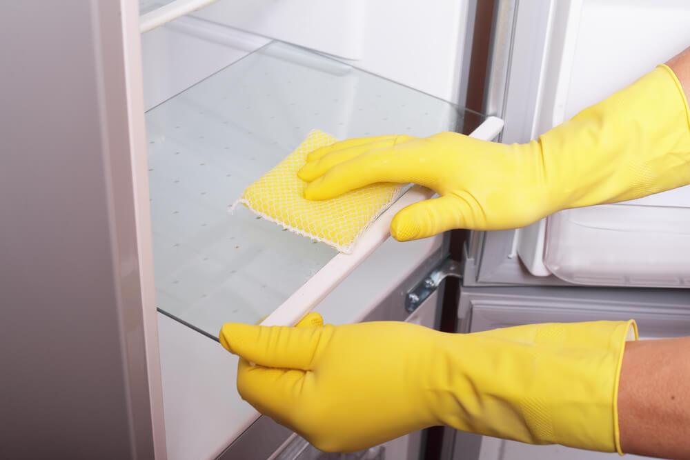 ניקוי מדפים נשלפים במקרר